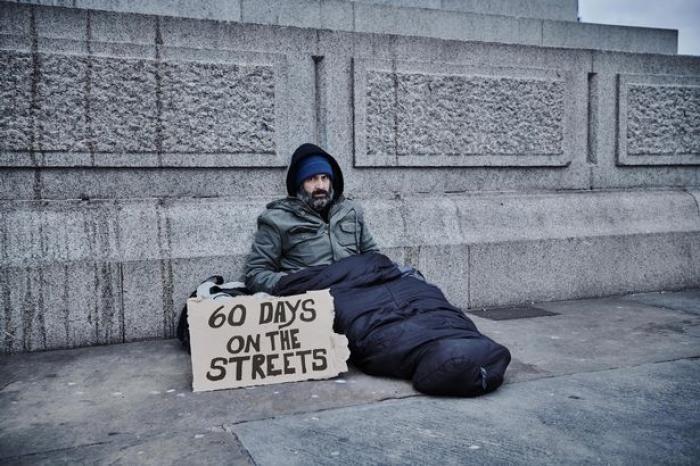 Un bărbat a dormit două luni pe străzi ca să afle cât câștigă un cerșetor