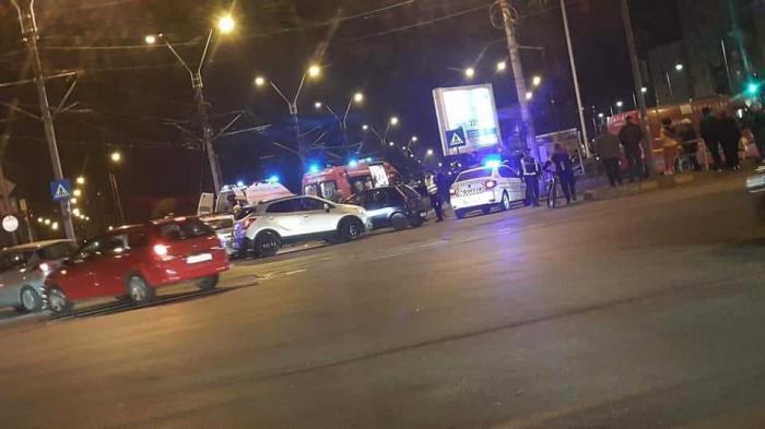 Mașină de poliție în misiune răsturnată în București, în intersecție, după un accident grav