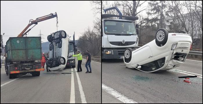 Un Fiat s-a desprins de pe platformă, în Vâlcea. A fost lovit în plin de o maşină în care se aflau doi copii