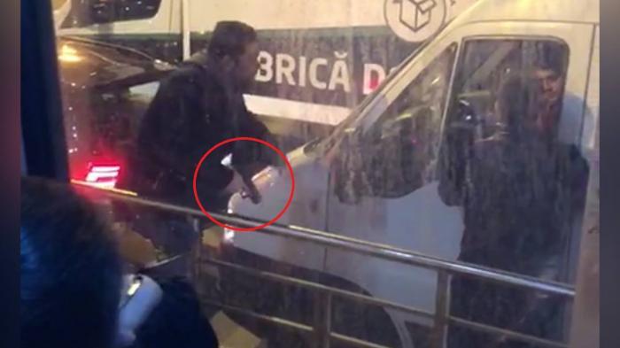 Tânăr cu un pistol în mână, filmat în traficul din Bucureşti, încercând să scoată un şofer din maşină (Video)