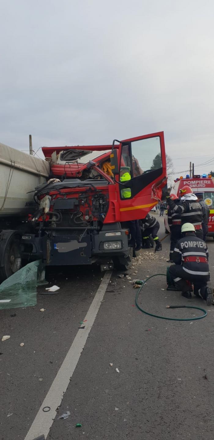 Şofer de TIR încarcerat în cabină, într-un accident la Stâlpeni, în Argeş. A intrat în alt camion