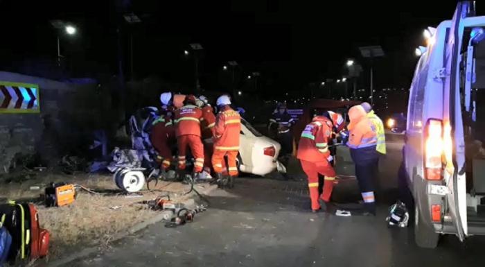 """Impact mortal la Şcheia, un şofer de 28 de ani a lovit frontal """"Zidul Morţii"""", un perete de ciment din sensul giratoriu (Video)"""