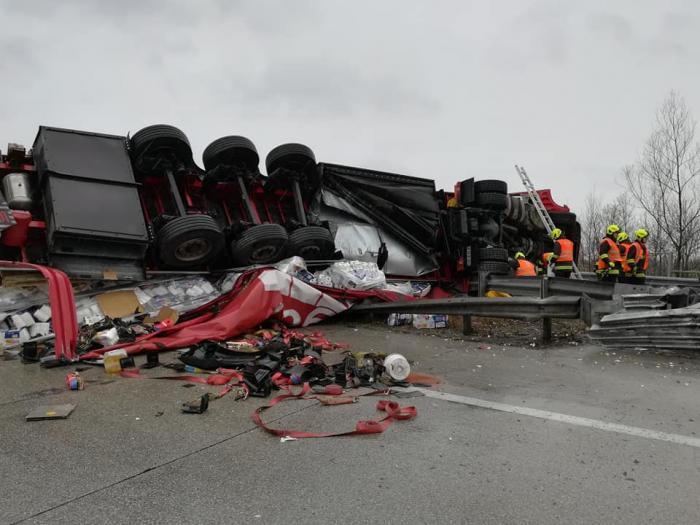 Un şofer maghiar de TIR a intrat în plin în camionul unui român, în Austria, şi l-a răsturnat