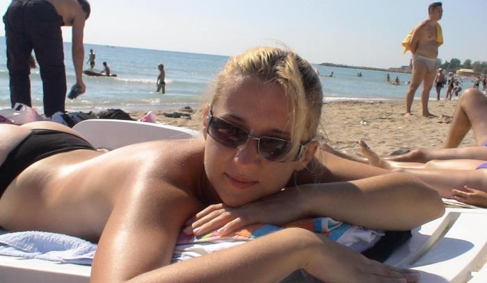 Tânăra blondă din Roman este acuzată că l-a înşelat pe italian cu 100.000 de euro