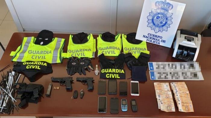 Doi români îmbrăcaţi în poliţişti, prinşi în Spania tocmai când puseseră mâna pe jumătate de milion de euro