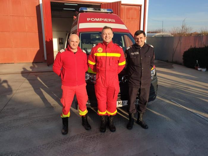 """Trei pompieri au adus pe lume un băieţel, la Ţipar, în Arad, în autospeciala SMURD: """"Opreşte că naşte!"""""""
