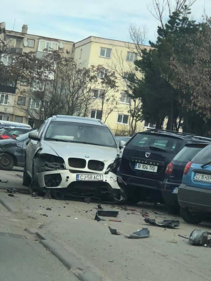 Un BMW de lux depăşea neregulamentar, un şofer făcea stânga fără să se asigure, opt maşini distruse, la Cluj