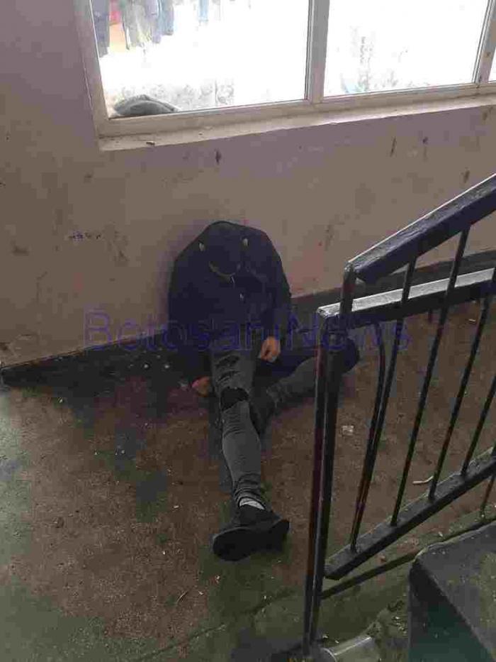 Tineri drogaţi terorizează o scară de bloc din Botoşani. Oamenii nu mai ies din case