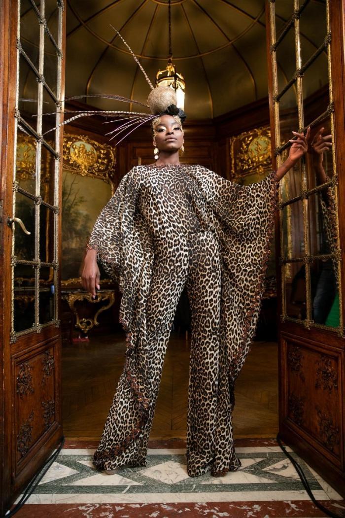 Expoziție de haine românești în inima Parisului