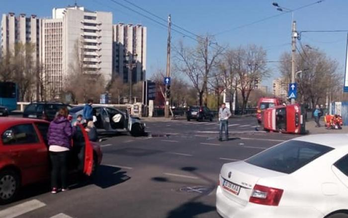 Ambulanţă SMURD cu pacient spulberată într-o intersecţie din Bucureşti, răsturnată şi aruncată în stâlp