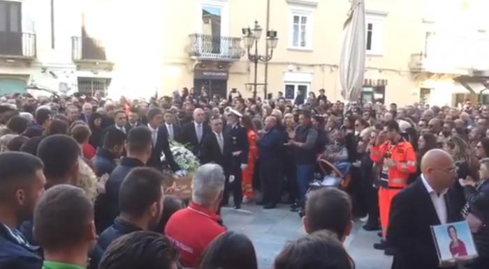Imagini cutremurătoare la înmormântarea Nicoletei, românca ucisă sălbatic în Italia, apoi incendiată