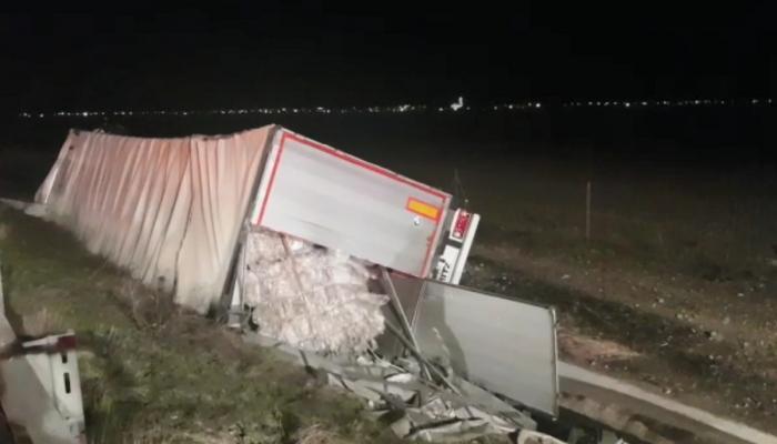 Şoferul de microbuz spulberat de TIR pe autostradă, lângă Timișoara, a fost decapitat şi aruncat 50 de metri, după impact (Video)