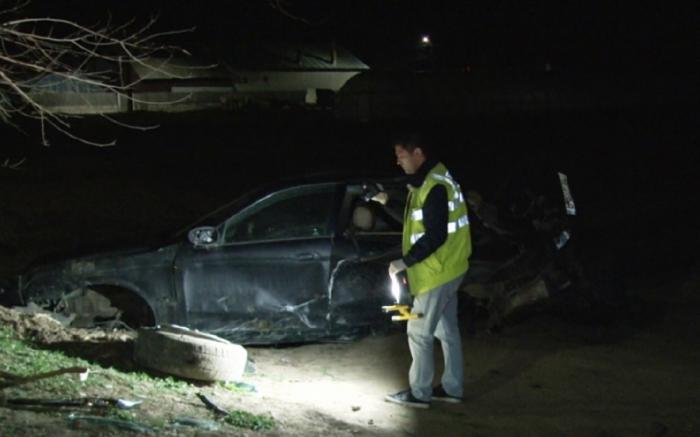 Jaguar făcut praf, găsit abandonat pe un câmp din Dâmboviţa. După ore de căutări, poliţiştii l-au găsit pe şoferul fugar