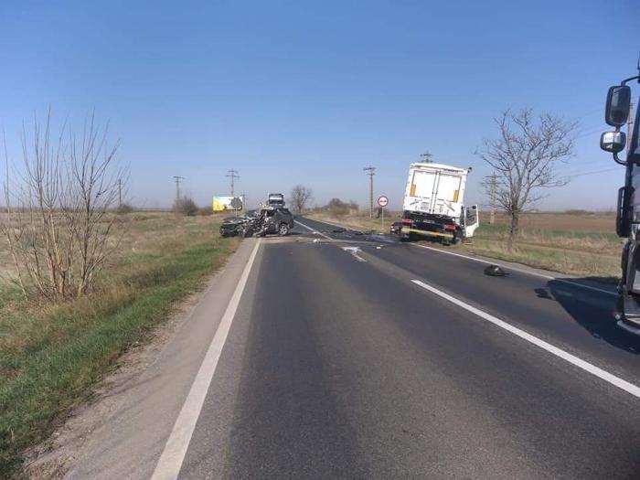 Land Rover Discovery, făcut praf de TIR între Pecica şi Nădlac. Un mort, traficul este blocat (Video)