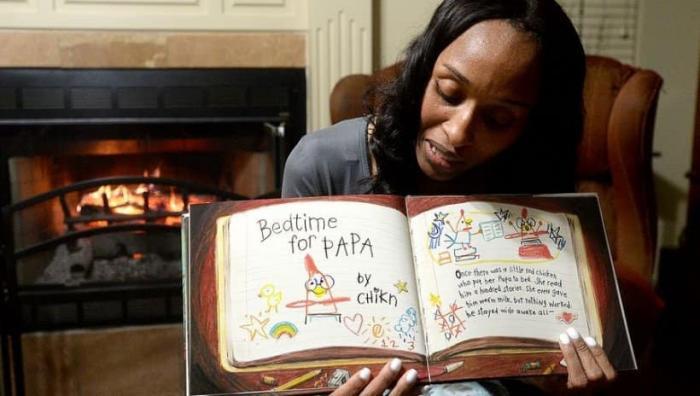 O profesoară intră live pe facebook îmbrăcată în pijama şi citeşte poveşti de noapte bună