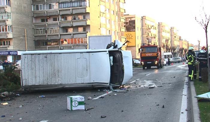 Imagini groazinice la Târgu Mureş, unde un tânăr de 20 de ani a intrat cu peste 200 la oră într-un microbuz