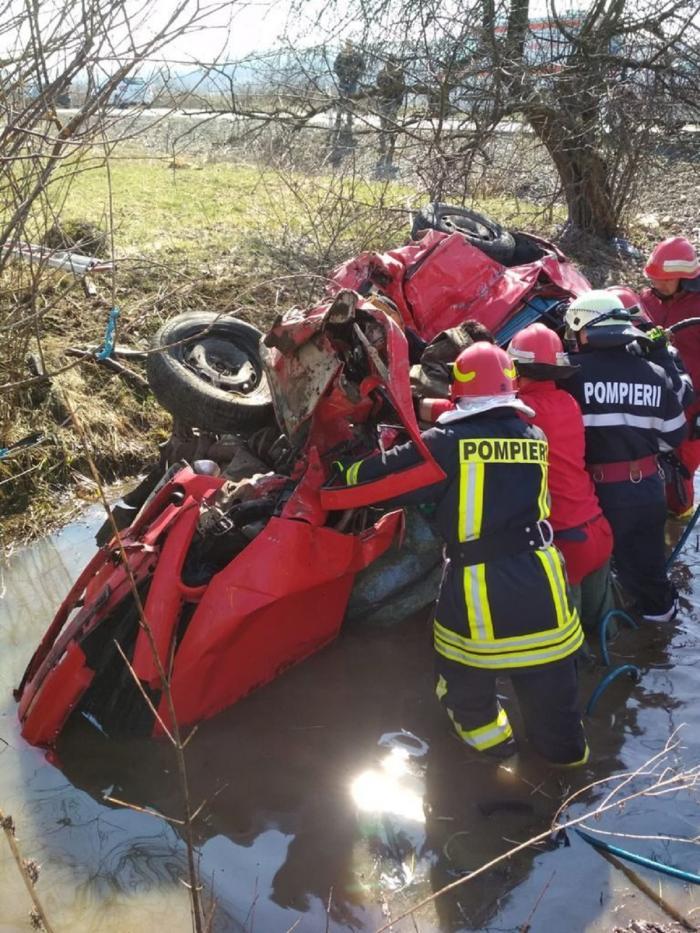 Doi fraţi au plonjat cu maşina într-un râu, în Bistriţa-Năsăud. Unul a murit pe loc, celălat este în stare gravă