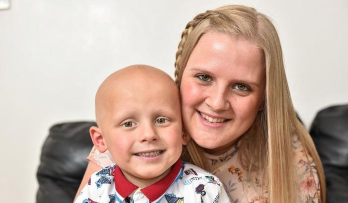 Stacey și fiul ei Toby, bolnav de cancer