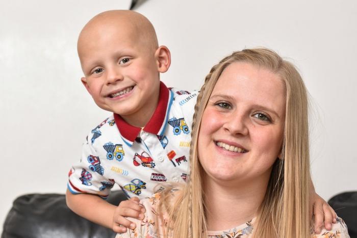 O mamă a cheltuit la jocuri de noroc banii pentru băiețelul bolnav de cancer