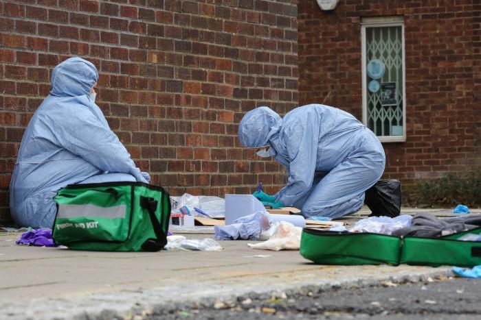 Criminaliști examinează locul atacului