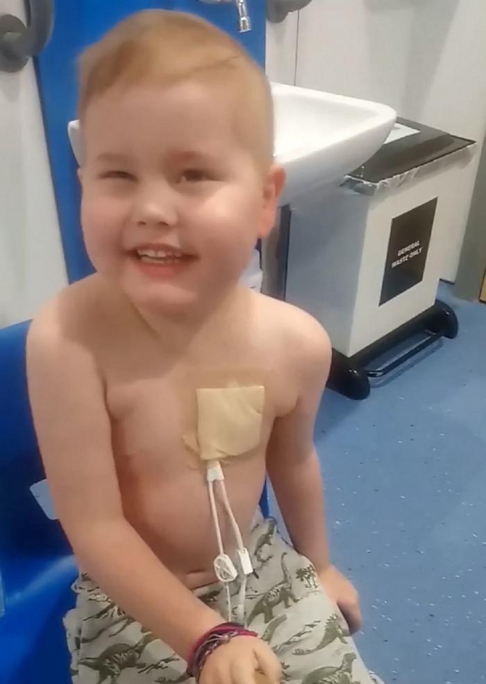 Băiat bolnav de cancer