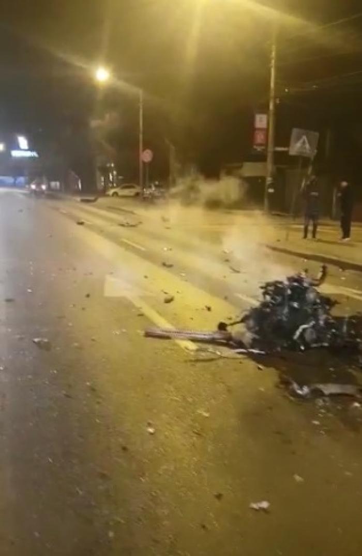 Un motor fierbe pe mijlocul drumului, la zeci de metri de maşină, după un accident la Chitila (video)
