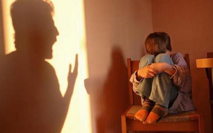Un tată din Braşov şi-a lovit fără milă copiii cu biciul. Pe cel mic l-a ars cu jarul după ce i-a băgat o mână în soba încinsă