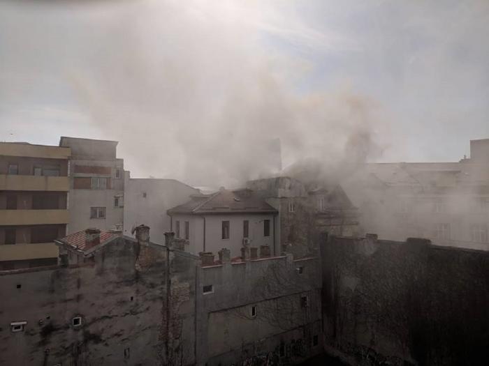Incendiu puternic în centrul Bucureştiului. Clădire de locuinţe în flăcări, victimă decedată (Video)