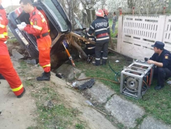 Imagini cumplite la Tetoiu, unde un copil de 4 ani şi un adolescent au murit în maşina strivită de un cap de pod