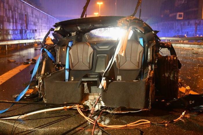 BMW i8 de 150.000 € rupt în trei într-o cursă ilegală cu un BMW M, în Belgia