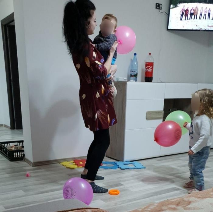 Mămică din Buzău, găsită moartă în timp ce le făcea baie celor doi copii