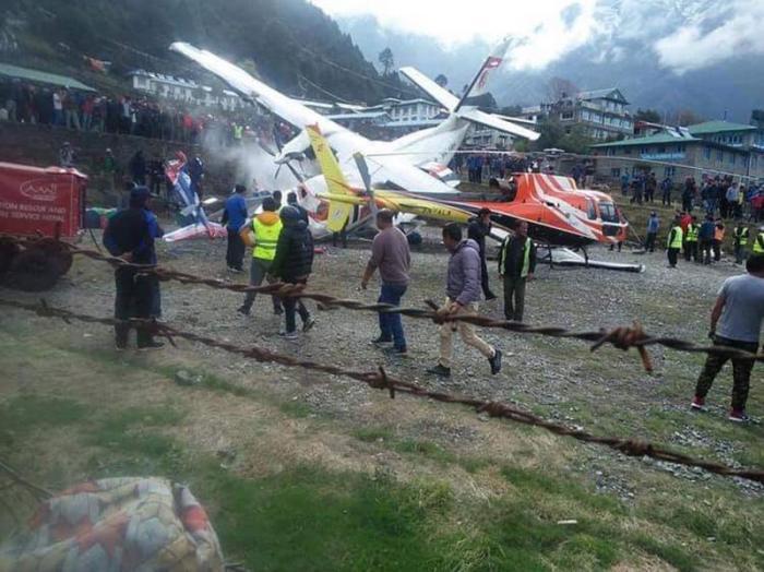 Un avion a lovit două elicoptere, în Himalaya. Trei morți și patru răniți în accident