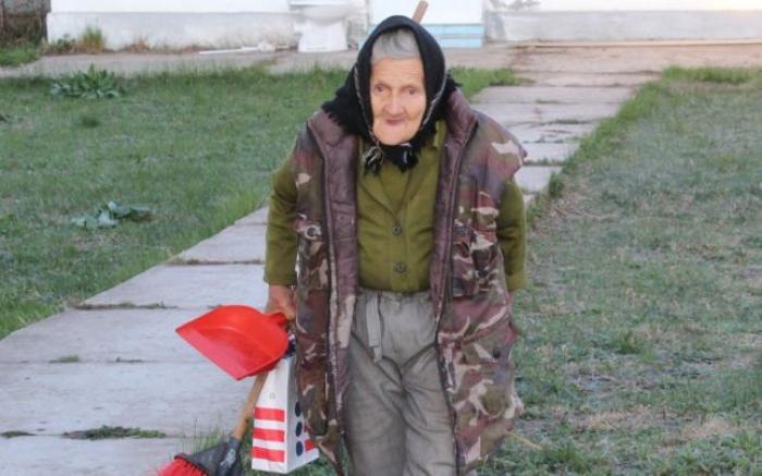 Bătrână de 83 de ani cu contract de 2 ore, femeie de serviciu la grădiniţă, concediată de Inspectoratul Şcolar