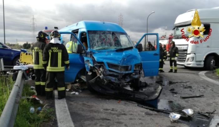 Microbuz cu români spulberat de un TIR pe o şosea din Venezia
