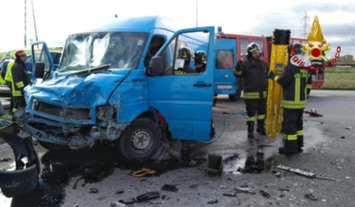 Microbuz cu români implicat într-un accident pe o şosea din Venezia