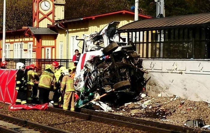 Imagini de groază pe calea ferată, o ambulanţă în misiune forţează bariera şi e făcută praf de tren (video)