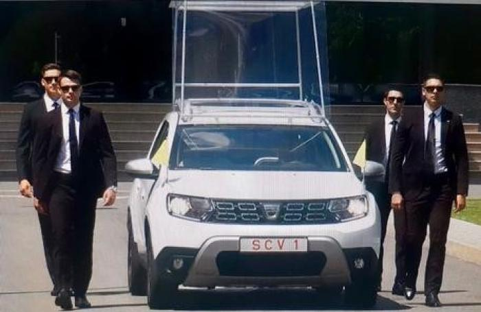 Cum arată Papamobilul, mașina cu care Papa Francisc se va plimba prin România