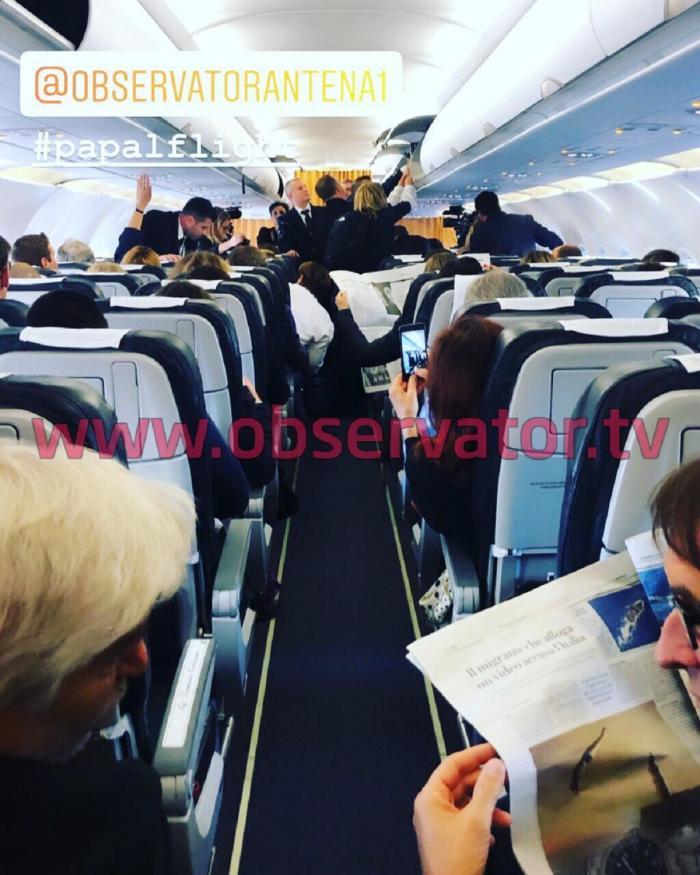 Imagini din avionul Papei Francisc