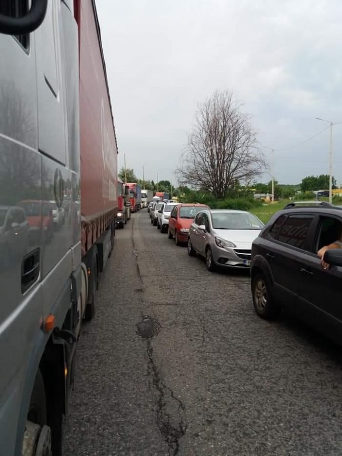 Turiştii români au blocat Vama Ruse (Foto)