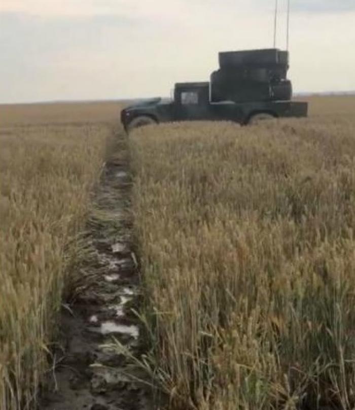 Blindate americane au distrus grâul şi porumbul la Feteşti. Când au început să tragă, oamenii au fugit îngroziţi (video)
