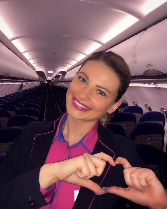 O bătrână care venea cu avionul la Bucureşti n-a avut 4 € pentru un sandwich, o stewardesă a făcut un gest impresionant