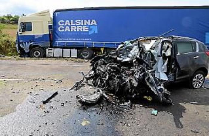 Groază pentru un şofer român, o maşină a intrat direct în TIR-ul lui, pe contrasens, în Franţa, şi s-a făcut praf