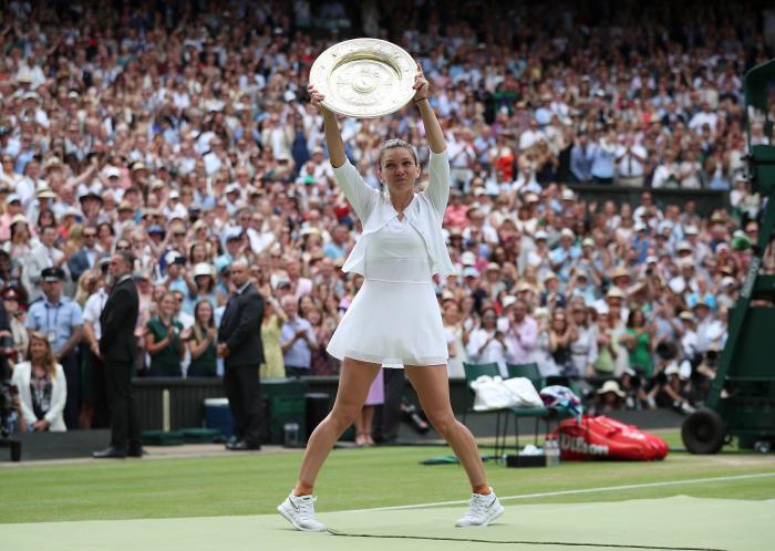 """Simona Halep a îmbrățișat trofeul de la Wimbledon: """"Nu am jucat niciodată mai bine ca azi"""""""