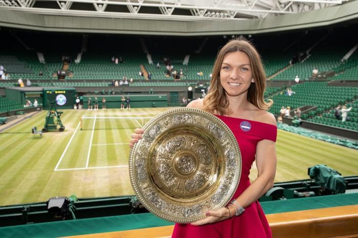 Simona Halep și trofeul de la Wimbledon, pe arenă