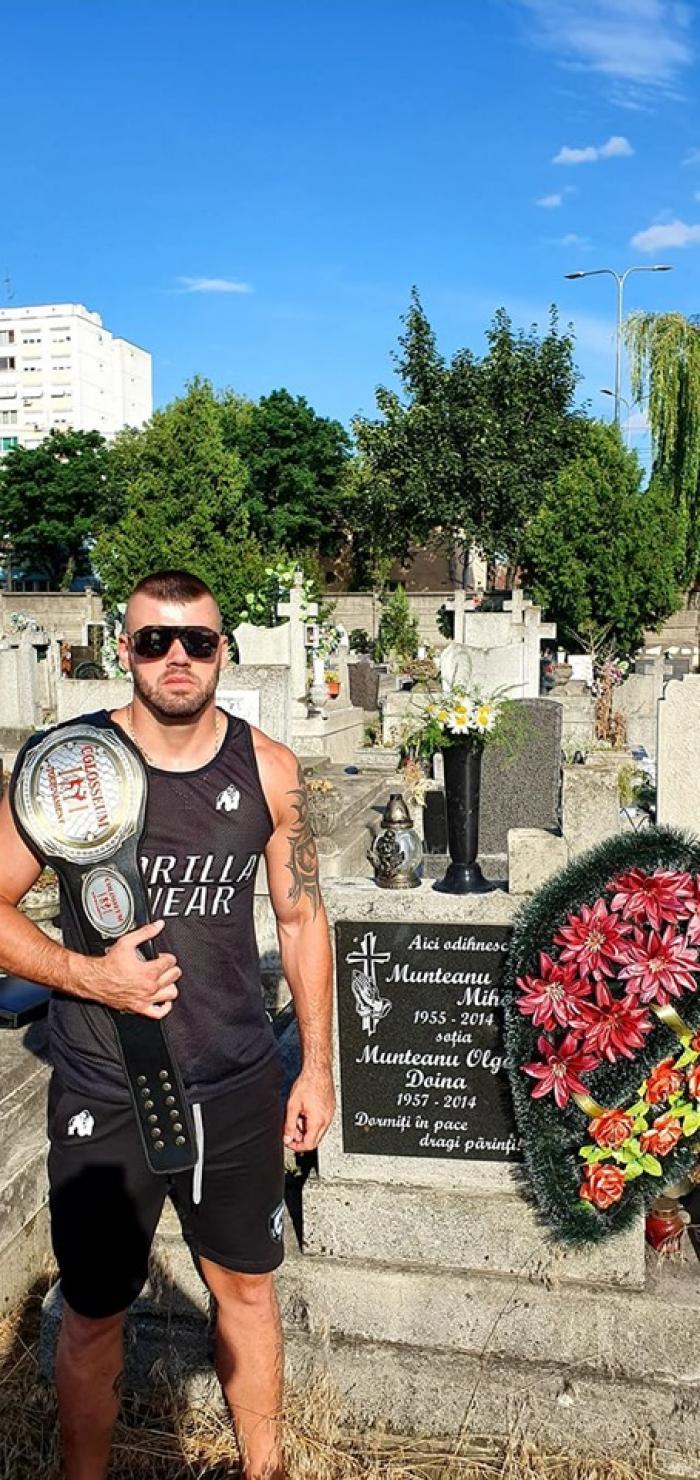 """Marius s-a dus cu centura de campion al României la K1 la mormântul părinţilor lui: """"M-am întors, cum am promis!"""""""