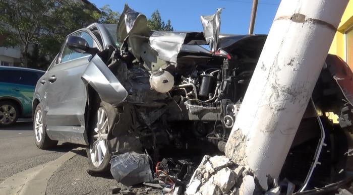 Un şofer cu o alcoolemie uriaşă a rupt cu bolidul un stâlp de electricitate, în Reşiţa (Video)