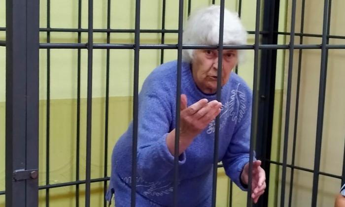 Sofia Jukova în cușca acuzaților, la procesul din Rusia