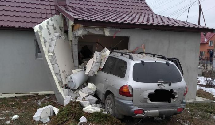 Şoferiţa începătoare a intrat cu maşina în casă, în Chiuza, Bistriţa
