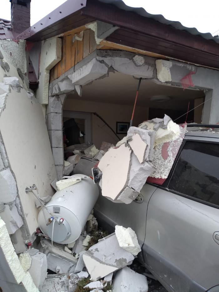 Casă distrusă de o maşină, accident în Chiuza