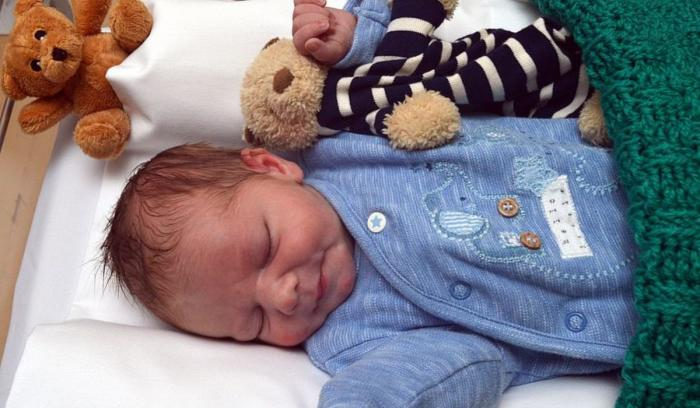 Bebeluş abandonat la uşa unei case, în Londra